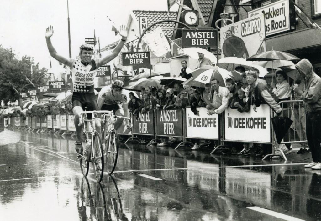 Finish van de amateurs in 1989. Vele toeschouwers hadden de regen getrotseerd. (Foto: Archief Stichting Tour de Waard) © rodi