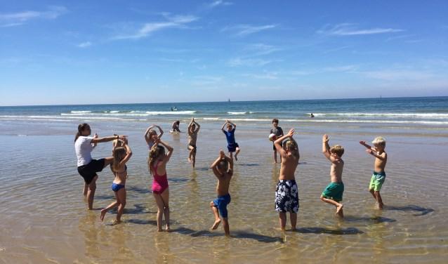 Veel kinderen in beweging op de stranden van Egmond aan Zee en Camperduin.