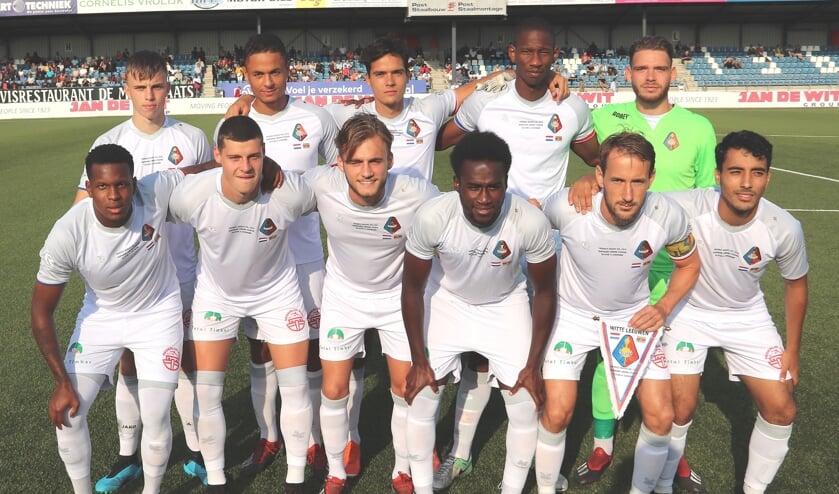 Het elftal van Telstar is klaar voor de match.