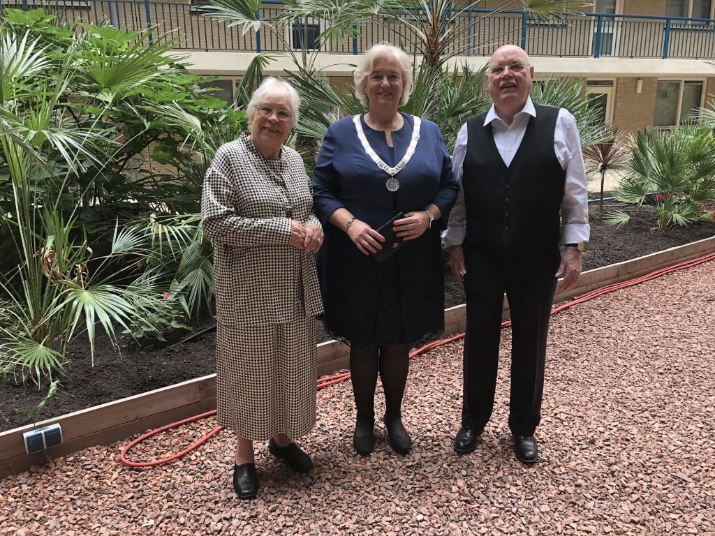 Burgemeester Marianne Schuurmans bezoekt het diamanten echtpaar Melis-Hoogeveen.  (Foto: Twitter: @Marianneschuurm) © rodi