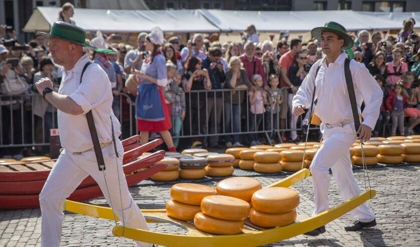 President van FrieslandCampina Dairy Essentials opent kaasmarkt.