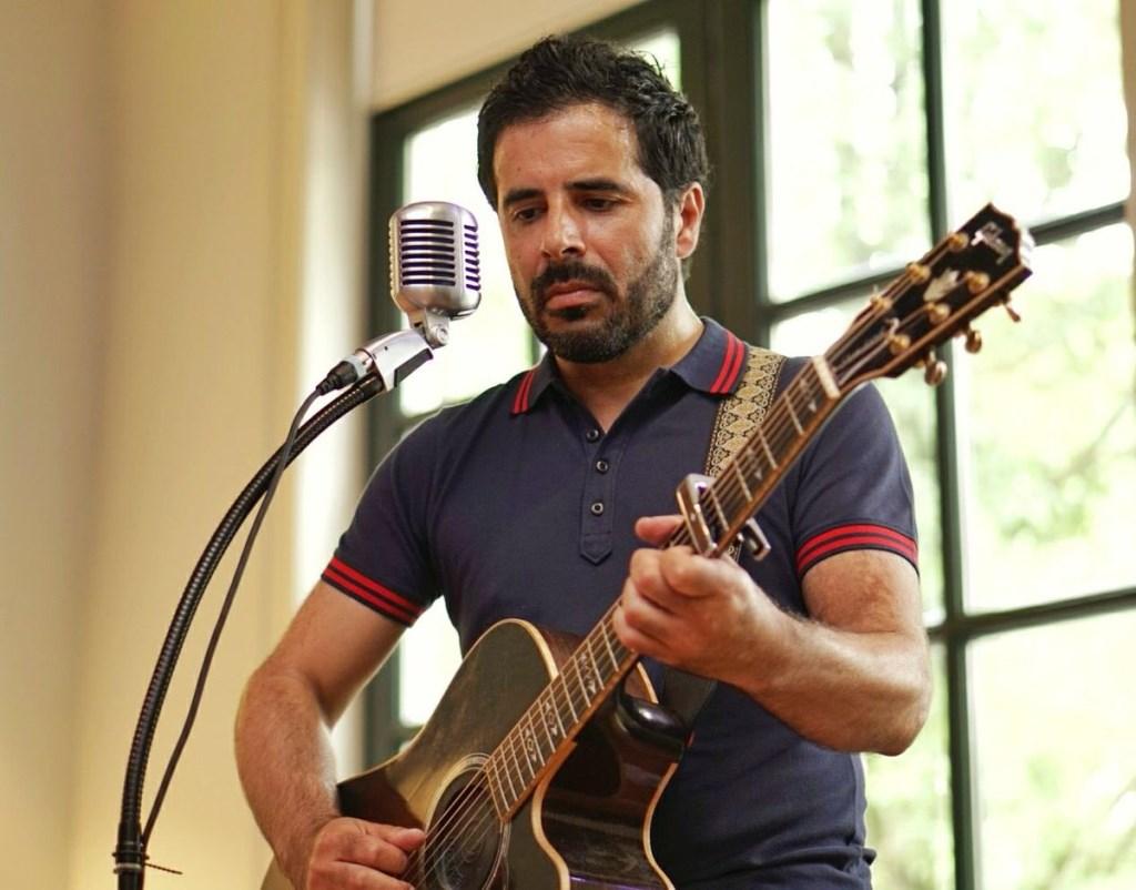 Sandro Assorgia: gitarist van de in Den Helder opgerichte band Van Dik Hout. (Foto: aangeleverd) © rodi
