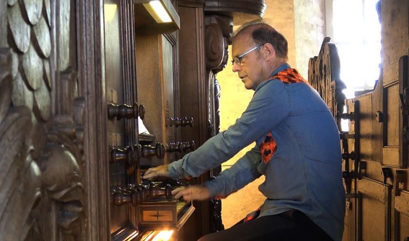 Willem van Twillert aan het orgel.