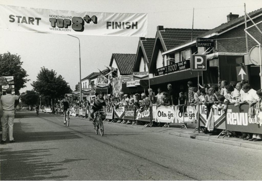 Vroeger hadden de renners hun handremkabels nog boven het stuur. (Foto: Archief Stichting Tour de Waard) © rodi