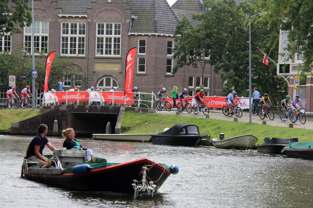 Sommige Alkmaarders volgden de wedstrijd vanaf het water. (Foto: Frits van Eck) © rodi