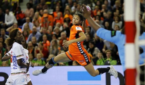 <p>De Heerhugowaardse Delaila Amega in actie voor Oranje.</p>