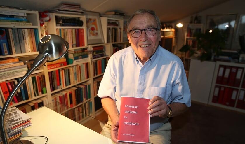 Schrijver Gerard Couvreur op zijn schrijfplek met zijn nieuwe boek.
