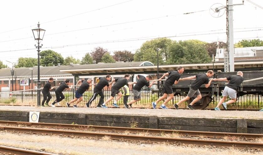 Elke team trekt de wereldberoemde stoomtram Bello voort over een lengte van honderd meter.