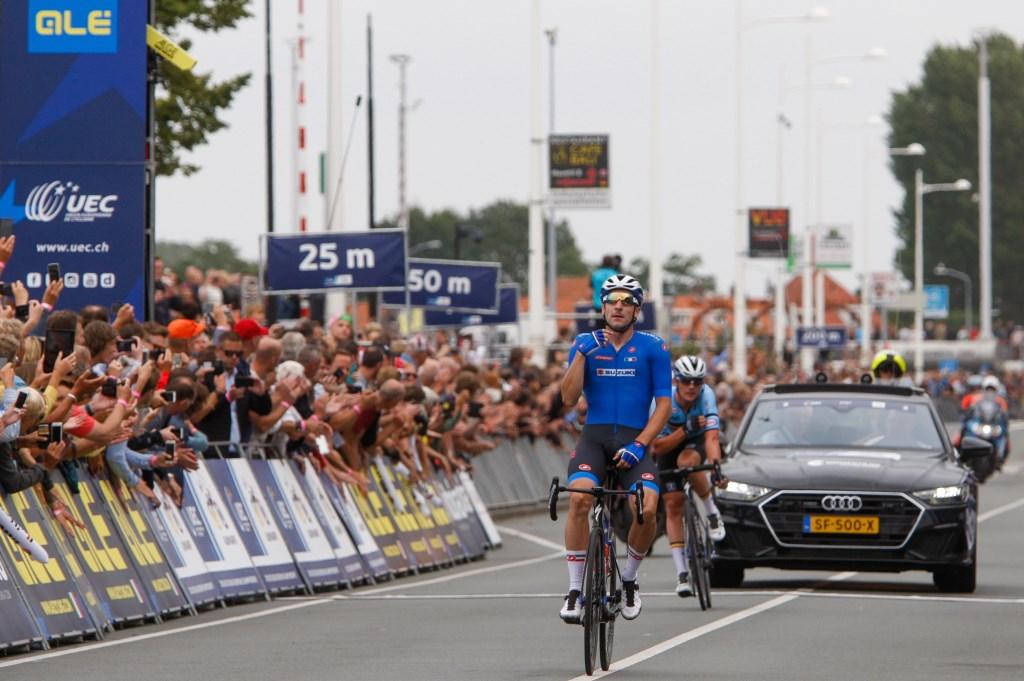 Elia Viviani stevent op de finish af op de Alkmaarse Kanaalkade. (Foto: Vincent de Vries) © rodi