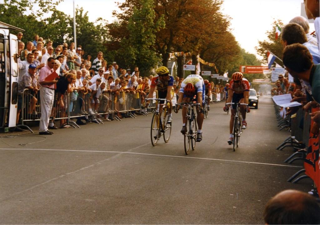 De ronde kende regelmatig spannende finishes, zoals hier in de jaren negentig. (Foto: Archief Stichting Tour de Waard) © rodi