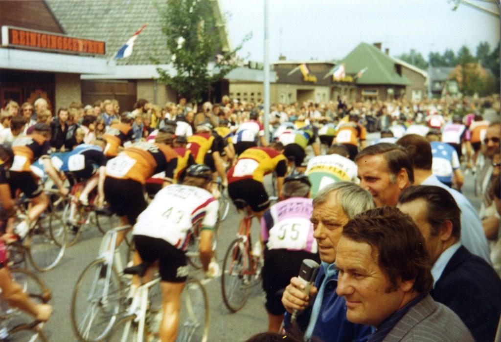De stem van de legendarische speaker Chris Delbressine schalde in de hoogtijdagen van de Tour door het dorp. (Foto: Archief Stichting Tour de Waard) © rodi