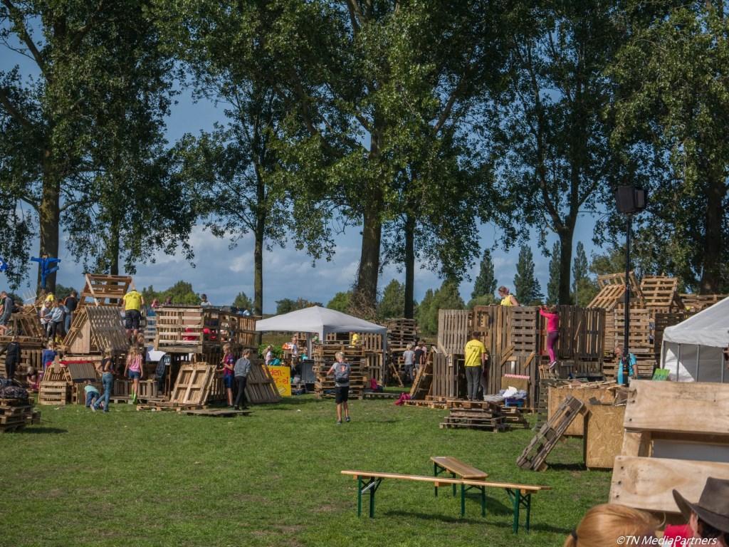 Door veel arbeid ontstaat er een echt huttendorp op het veld.  © rodi
