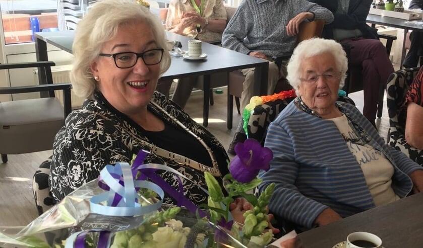Burgemeester Marianne Schuurmans bezoekt mevrouw Struik-Goudriaan voor haar 100ste verjaardag.