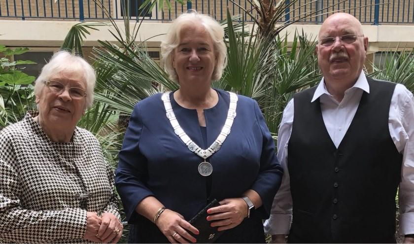 Felicitaties van burgemeester Schuurmans voor het diamanten bruidspaar Melis-Hoogeveen.