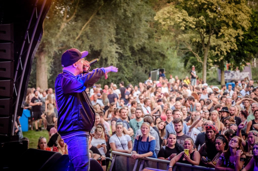 Rapper Brainpower zweept het publiek op. (Foto: Richard Rood) © rodi
