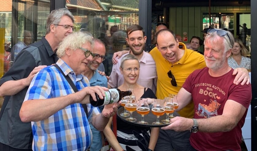 De eerste fles speciaalbier Oud Heijn & zijn wyf wordt ingeschonken in gezelschap van de projectgroep.