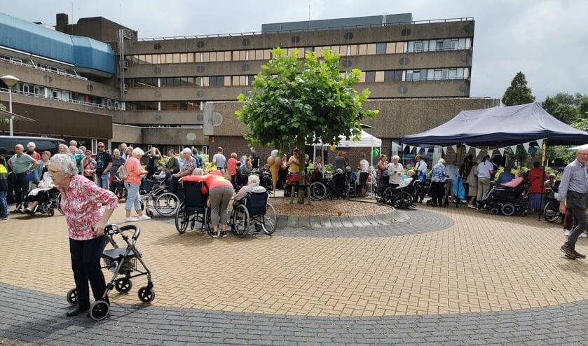 Bijna 200 ouderen komen naar de eerste Gouden Picknick, waardoor het een mooi succes is geworden.