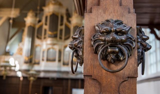 In het boek worden ook details die te vinden zijn in de kerk, geduid.