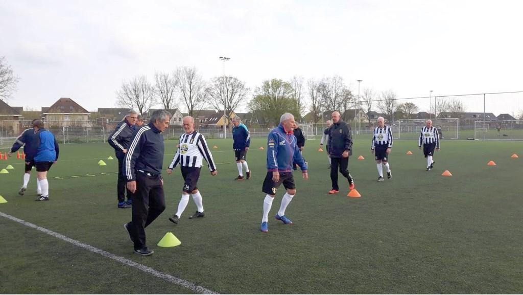 De voetballers krijgen goede begeleiding.  © rodi