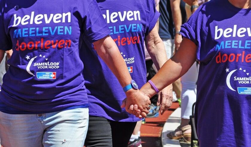 Gedurende een 24-uurs wandelestafette staan de deelnemers samen met lotgenoten stil bij kanker én vieren zij het leven.