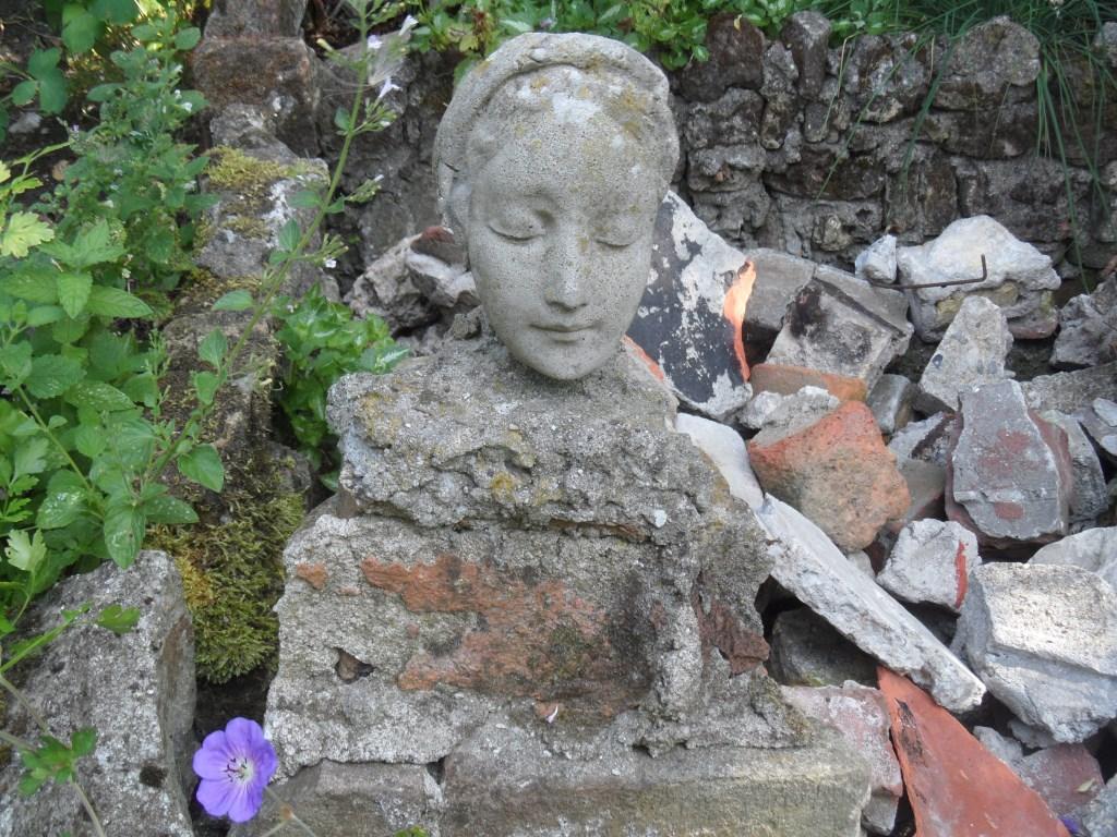 Een Mariabeeld gecombineerd met puin, gerealiseerd door Riet Jimmink.  (Foto: Aangeleverd) © rodi