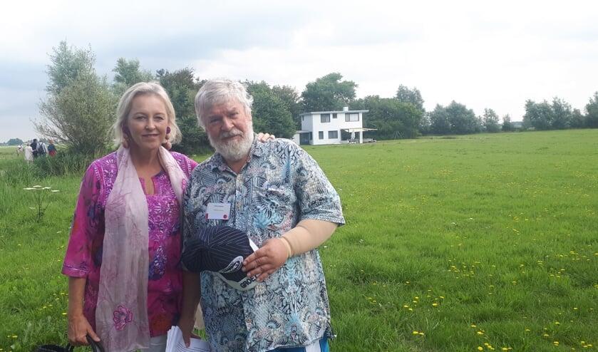 Pauline Vijverberg en Kees de Bakker bij het Witte Huis in Groet.