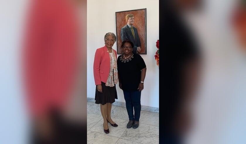 Ruth Groenewoud (r) op bezoek bij de Gouverneur van Curaçao, Hare Excellentie Lucille George-Wout.