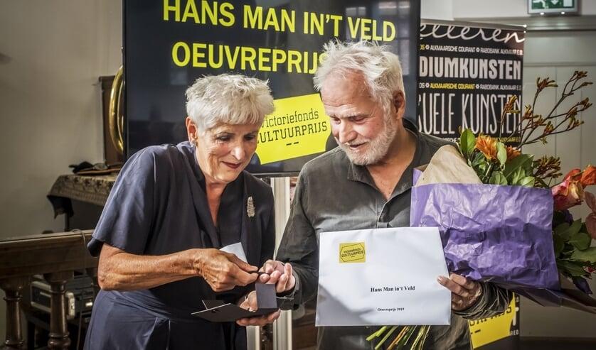 Hans Man in 't Veld, bevlogen alleskunner in de toneel- en theaterwereld, ontving van burgemeester van Bergen en juryvoorzitter Hetty Hafkamp de Victoriefonds Oeuvreprijs.