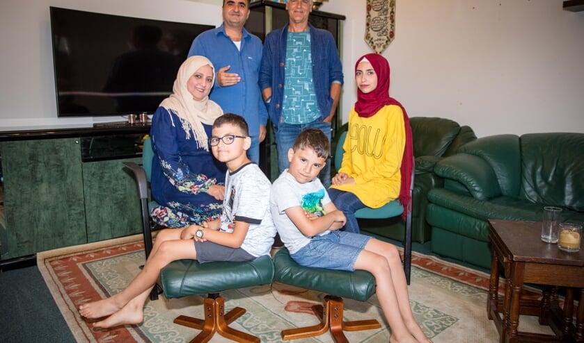 Achter: Aboalaa (l) en Stan. Daaronder: Nazeerah, Najmaldeen (9), Tajaldeen (7) en Maram (23). De oudste zoon Aladin (17) staat niet op de foto.