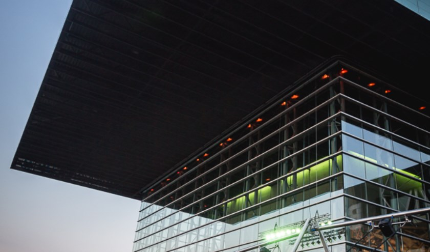 Interactieve muziekinstallatie WannaSwing op de kade voor het Muziekgebouw.