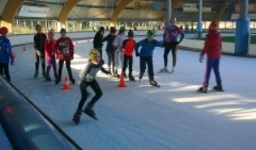 Het schoolschaatsen is op de ijsbaan in Haarlem.