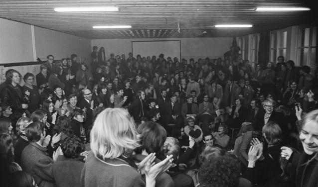 De bezette Katholieke Academie in Beverwijk houdt een plenaire vergadering met sympathisanten van Pedagogische Academie uit Alkmaar.