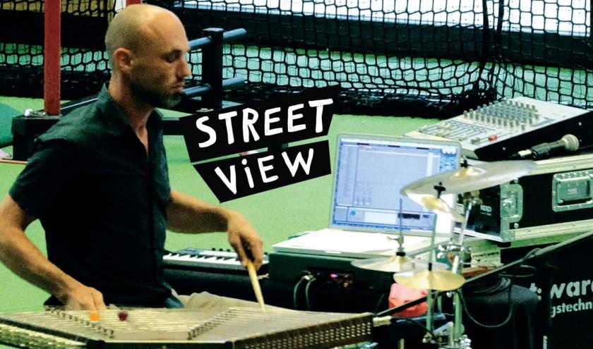 Een van de muzikanten van het Streetview-project.