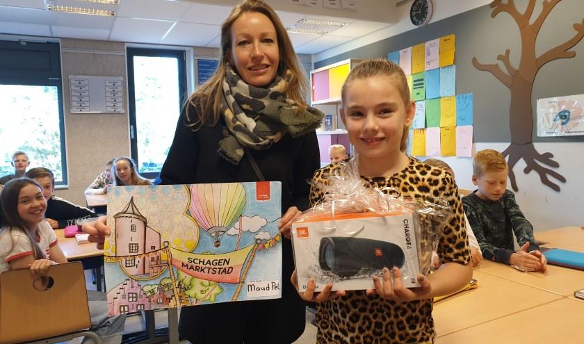 Esther Cremer showt de tekening van Maud Pel