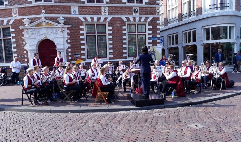 De Herleving uit Zwaag geeft een concert voor het statenlogement.