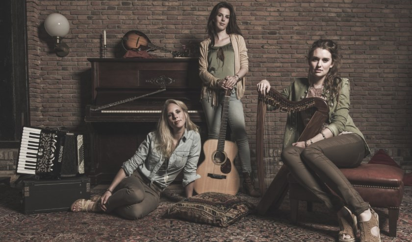 De dames van SYA begeleiden zichzelf op akoestische instrumenten.