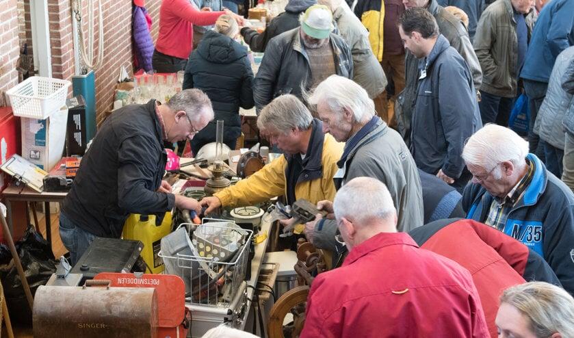 De rommelmarkt in Opperdoes trekt elk jaar veel bezoekers.