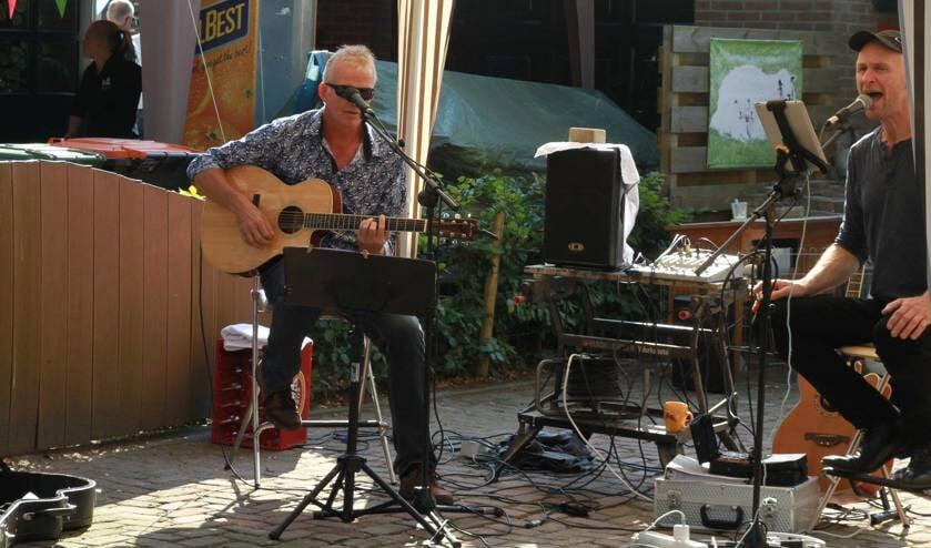 In verschillende tuinen in Oosterleek treden muzikanten op.
