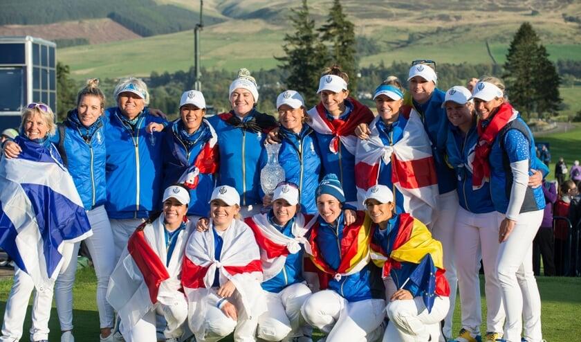 Anne van Dam (boven vijfde van rechts) in het winnende Europese team van de Solheim Cup 2019.