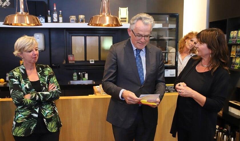 Burgemeester Koen Schuiling kreeg in het Leescafé van School 7 de eerste serie poëziekaarten van Helderse bodem uitgereikt.