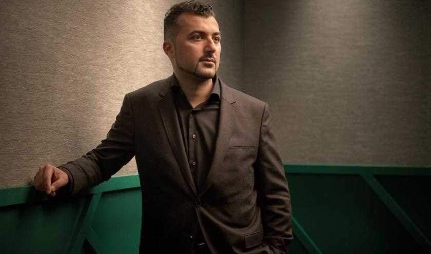 Columnist, schrijver en presentator Özcan Akyol.