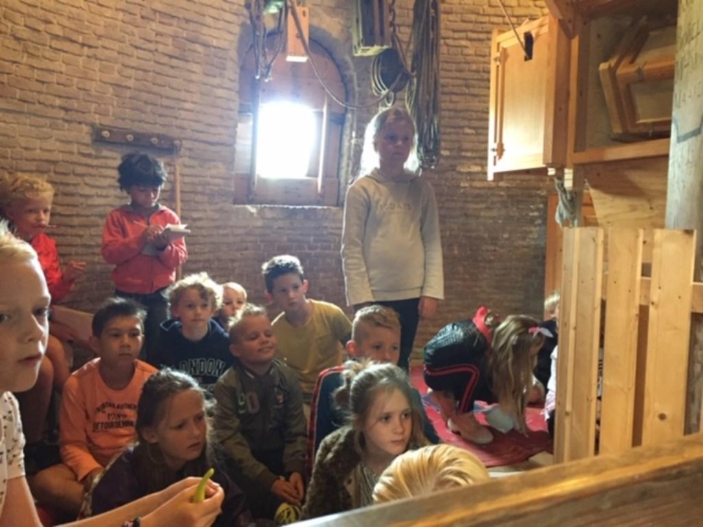 Leerlingen van groep 5 op bezoek in de molen, hier op 'de luizolder'.   © rodi