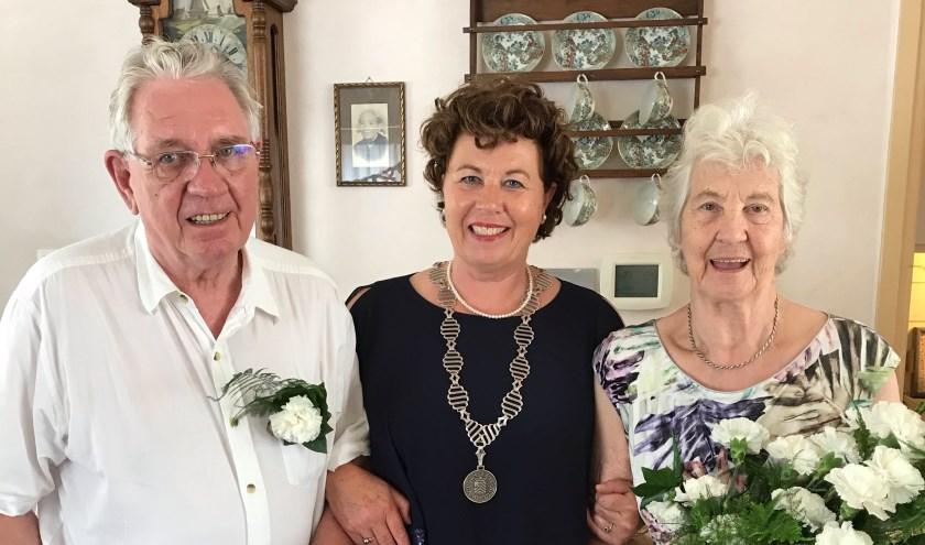 Burgemeester Kompier bracht een bezoek aan het echtpaar Spijker - Leijen in Sint Pancras.