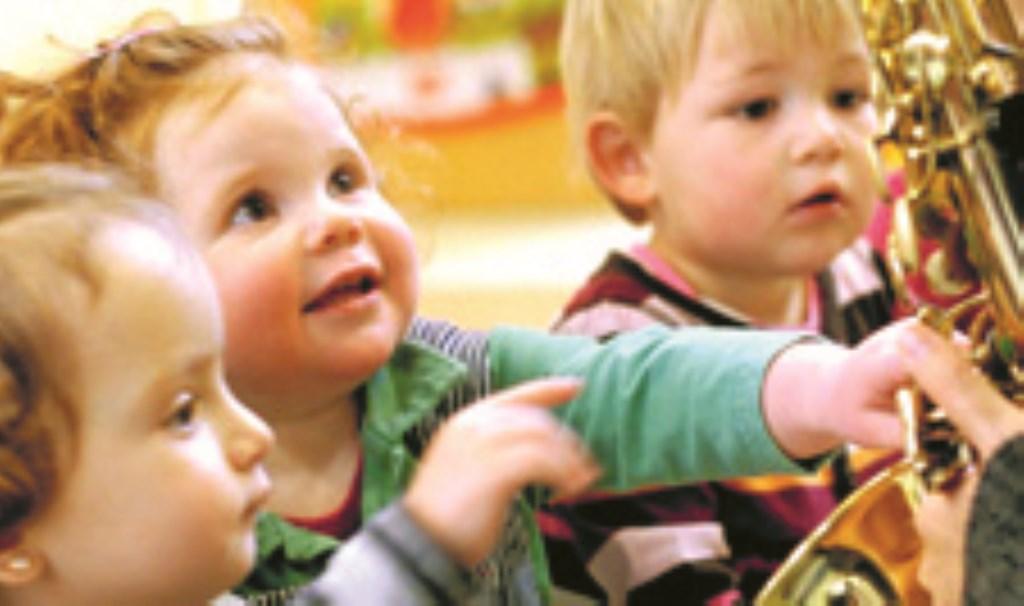 Kleine kinderen leren een hoop op de Peuteracademie.