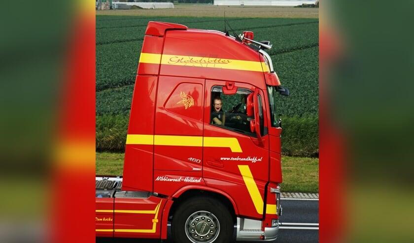 Truckers maken samen met een bijrijder met een verstandelijke beperking een tour door West-Friesland.
