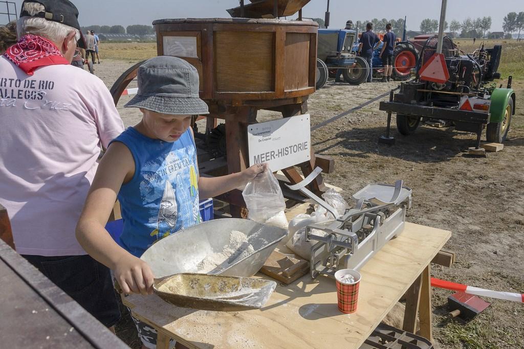 Jong en oud leert over de werking van de oude combines.  (Foto: Kees van der Veer Hoofddorp) © rodi