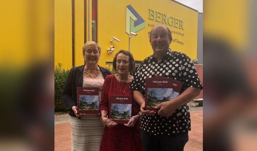 De drie redacteuren Harry Burgering,Irene Oudes en Hélène Jonker-Buscherpresenteren met trots het jubileumboek 100 jaar Berger Scholengemeenschap.