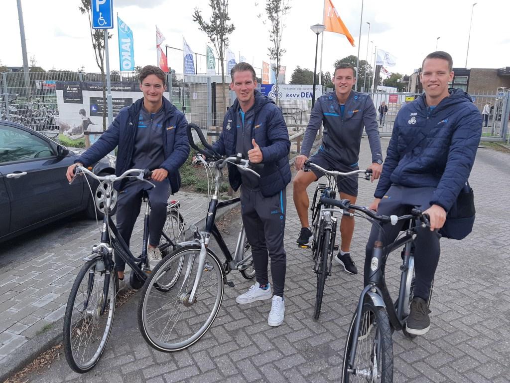 De spelers van DEM op de fiets naar Heemskerk.  (Foto: Aangeleverd) © rodi