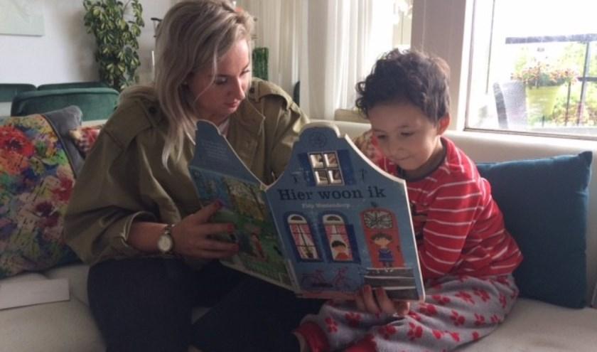 Als voorlezer kom je bij een gezin thuis.