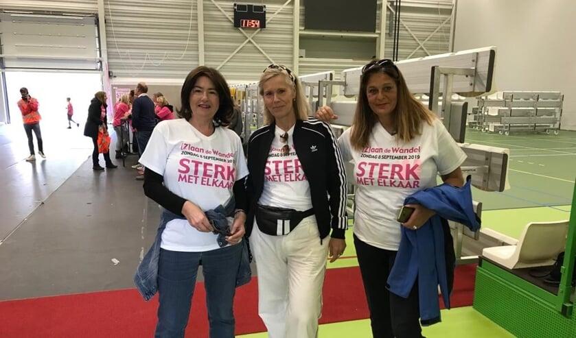 Avyola Jozsi (rechts op de foto) met haar vriendinnen tijdens de wandeltocht voor het goede doel.